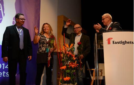 Avgående ordförande Hans Öhlund applåderar nya förbundsledningen.