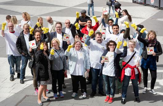 Fastighetsmedlemmar manifesterar på Sergels torg på internationella rättvisedagen för städare.