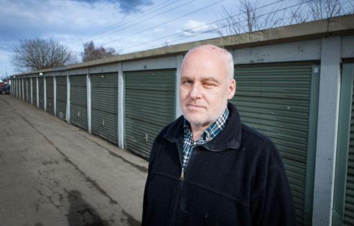 Fastighetsskötaren Göran Karlsson skulle titta till en trasig garageport. Men något gick fel och han fick stålarmen rakt i ansiktet.