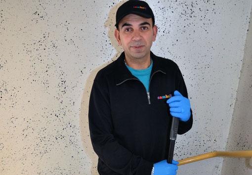 Städrockarnas tid är förbi, den moderna städaren har arbetsbyxor och tröja. Här är Imad Al-Achi, trappstädare på Samhall.