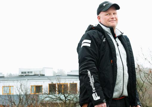 Familjebostäder i Göteborg har fått arbetskläder med reflexer på armen. En viktig funktion menar miljövärden Ingvar Lorentsson.
