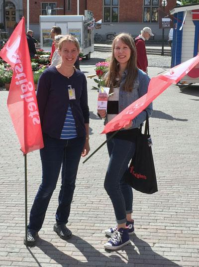 I Umeå har Fastighets region Nord delat ut rosor på torget.