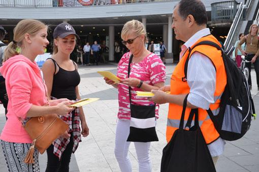 Juan Carlos berättar för kvinnorna om städarnas situation.