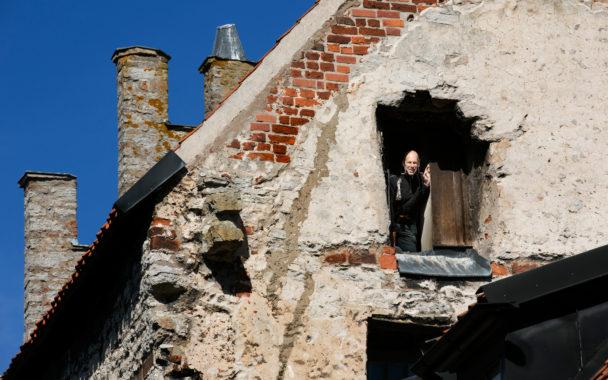 Kvartersvärd Tony Olofsson på Gotlandshem sköter hus från medeltiden.