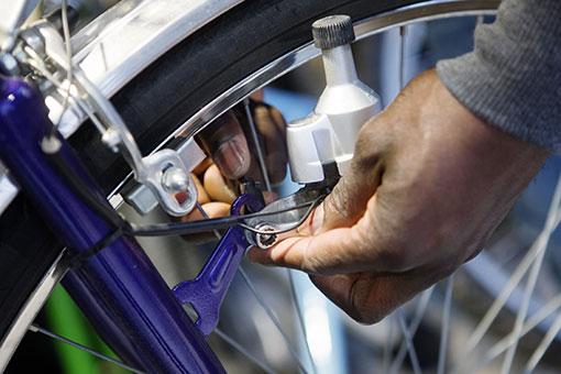 Med lite fix blir cyklarna som Kopparstaden tagit hand om som nya och kan säljas, hyras eller lånas ut.