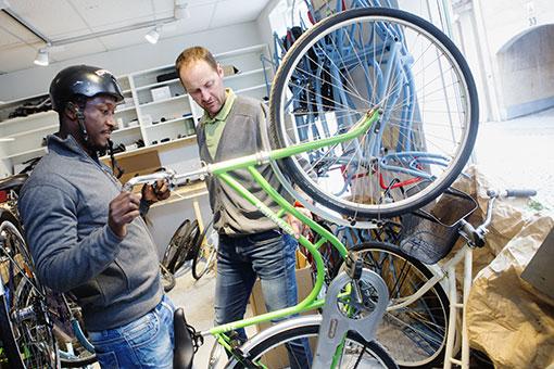 Stefan Carlsson och Ebrima Savage ser många vinster med cykelverkstaden.