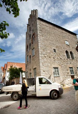 Visbys äldsta byggnad Gamla Apoteket har bland annat varit packhus och apotek. Nu inrymmer trappgavelhuset två hyreslägenheter och en lokal.