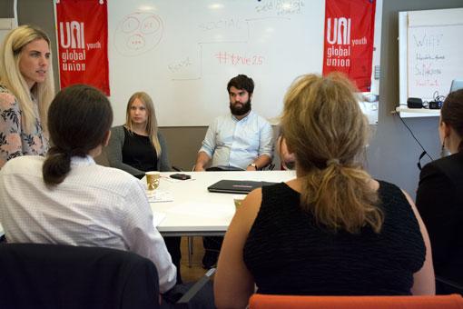 Fastighets representant Frida Cederborg, i mitten, i en gruppdiskussion på UNI:s ungdomskonferens. Daniel Söderberg Talebi sitter till höger om henne.