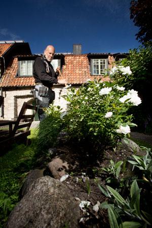 Att sköta gårdarna i innerstaden innebär en tät kontakt med hyresgästerna. Flera av dem vill sköta rabatterna själva och har idéer om växter och träd, berättar Tony Olofsson.