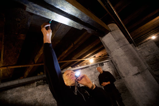 Timmerstockarna i taket på medeltida Apotekets källare är friska, konstaterar kvartersvärdarna Tony Olofsson och Joel Lundborg.