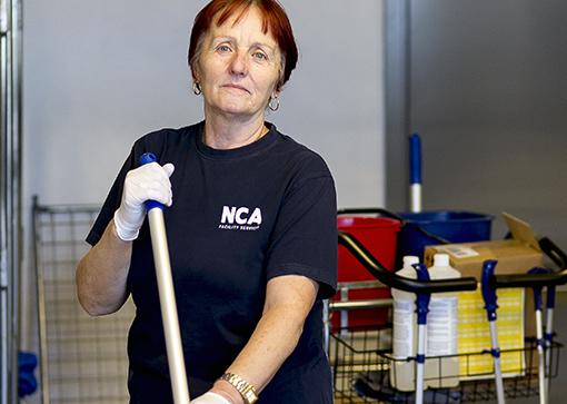 """""""Om städbolag med låga löner får uppdrag blir det ännu mer stressigt för oss städare"""", säger Zineta Shala om lagförslaget."""