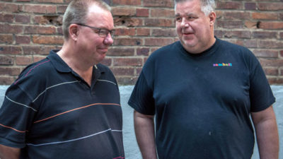 """Roger Berntsson, till höger, välkomnar den nya lönen för utvecklingsanställda. """"Men, det är inte tillräckligt mycket. De gör samma arbete som vi andra"""". Roger och kollegan Hans Abrahamsson jobbar på Samhall i Borås."""