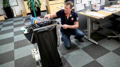 Trots nackoperation har Jan Bengtsson värk och kan inte lyfta tungt. Han har fram till nu jobbat 25 procent och anser själv att det är vad han orkar. Enligt Försäkringskassan ska han klara 100 procent.