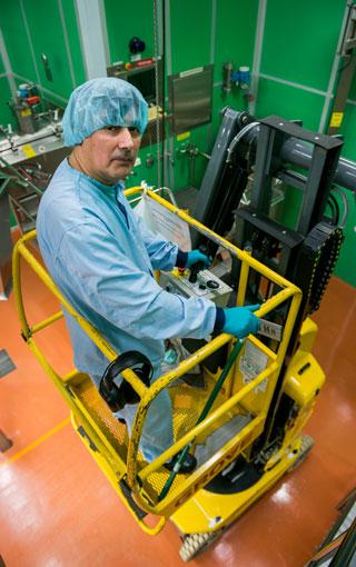 Luis Jara jobbar ofta med skyliften.