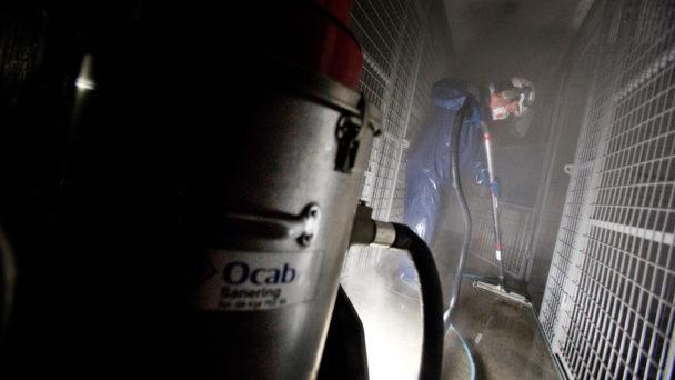 Sven-Olof Berglaw sanerar efter en källarbrand. Det är fuktigt, varmt och bullrigt.