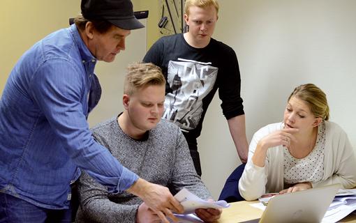 Läraren Dennis Hultman svarar på frågor från Edwin Karlström, Simon Holmén och Camilla Kärrman.