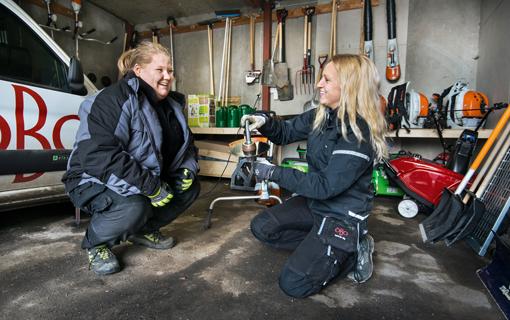Terese Vigardt (till höger) handleder Johanna Pettersson som har en yrkesintroduktionsanställning på företaget.