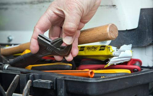 Den åttonde maj lägger flera fastighetsskötare ner verktygen och strejkar om Fastighets inte kan komma överens med Almega om ett nytt avtal.