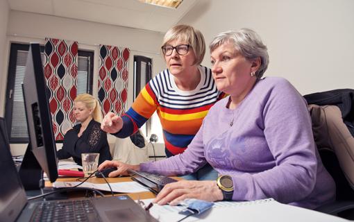 Viola Strömberg går en kurs i administration via arbetsförmedlingen, i Astars regi. Utbildaren Åsa Gotin instruerar.