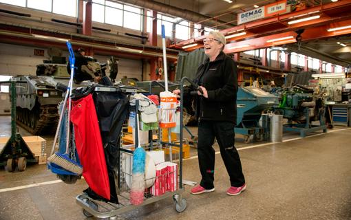 Marita Karlsson kan inte tänka sig en trevligare arbetsplats än miloverkstaden. Hon har arbetat på garnisonen sedan 2005.