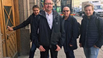 Joakim Oscarsson, Magnus Pettersson, Jari Visshed och Emil Isenheim från Fastighets, på väg in till förhandlingar med Fastigo.