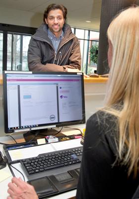 Toby Joseph från IT-avdelningen stannar till vid receptionenpå Södra Järngatan. Eva Larsson och de andra receptionisterna ansvarar bland annat även för konferensrum och beställer förbrukningsmaterial.