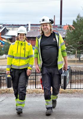 """Jessica Högberg och Urban Rääf arbetar med fastighetsservice. """"Vi hjälps åt i gruppen, vilket också gör att jag kan bredda mina kunskaper"""", säger Urban Rääf, som är ventilationstekniker."""